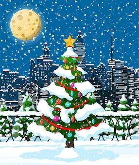 クリスマスの冬の街並み、雪片、木々。都市公園の雪の路地と建物。メリークリスマスシーン