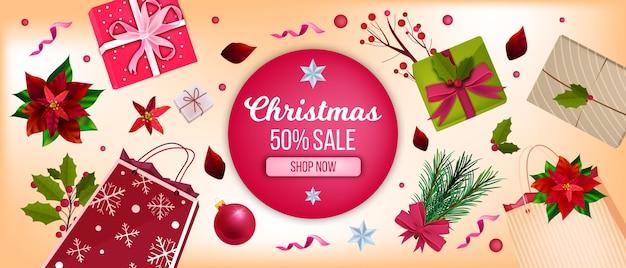 松の木の輪郭、常緑の境界線、赤いポインセチアの葉とクリスマスの冬の花の背景。モミの枝、ベリー、ヒイラギのクリスマスホリデー季節のバナー。クリスマスの赤い背景