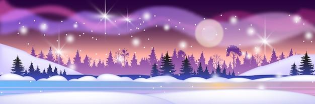 北の森のシルエット、雪、凍った川、夜空、星とクリスマスの冬の風景