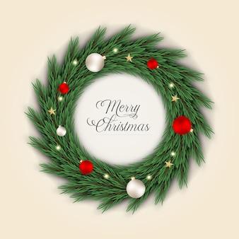クリスマスリースの装飾ボールと緑の松の葉