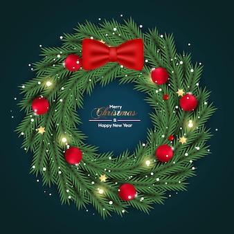 緑の色の松の枝と赤いボールのコンセプトでクリスマスリースの装飾