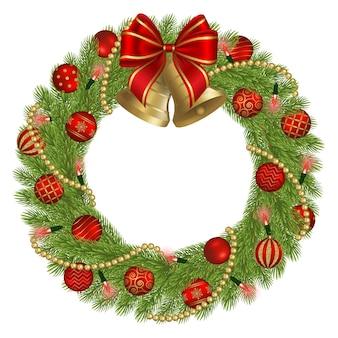 Рождественский венок с золотыми и красными украшениями