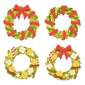 Коллекция рождественских венков из еловых веток с ярко-красным бантом из лент и праздничной атрибутикой