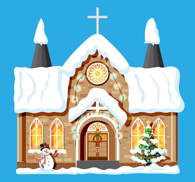 교회 덮인 눈. 휴일 장식에 예배당 건물입니다. 크리스마스 트리 가문비나무, 화환. 새해 복 많이 받으세요 장식. 메리 크리스마스 휴일. 새 해와 크리스마스 축 하입니다. 평면 벡터 일러스트 레이 션