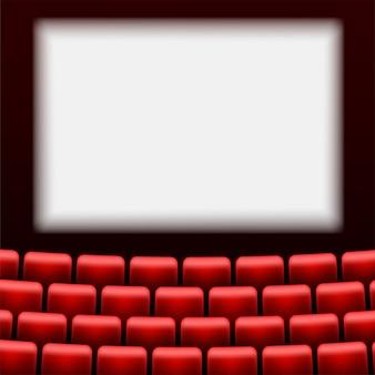 Зрительный зал с экраном и красными сиденьями