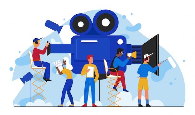 シネマ映画制作イラスト。漫画のフラットフィルムメーカーの人々がチームで映画を作り、小さなカメラマンがスタジオでビデオフィルムを撮影しています。白で隔離マルチメディアビジュアルエンターテイメント業界