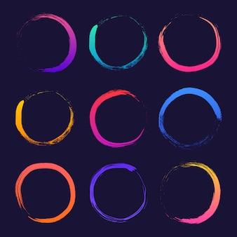 Круг текстурированной рисованной абстрактные различные градиента чернила штрихи набор изолированных на темном фоне.