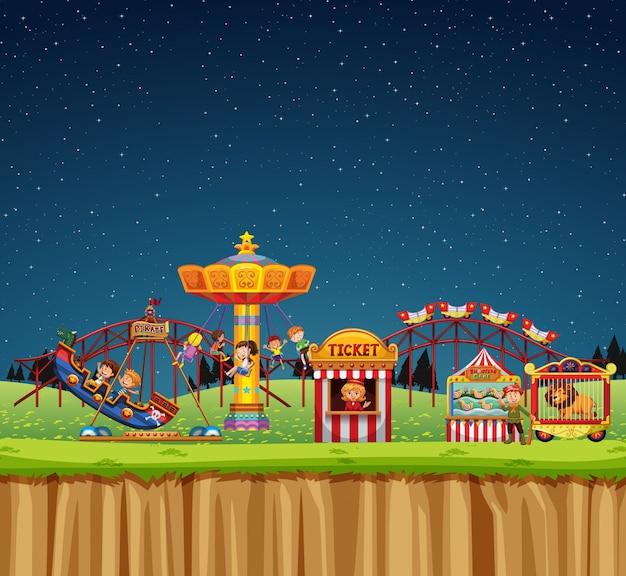 밤에 놀이기구에 사람들과 서커스 장면