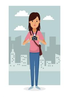 都市景観フレームの背景とカラフルな全身の女性の写真