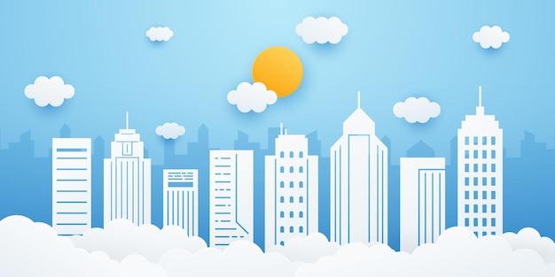 Городской пейзаж со зданием, облаками и солнцем на фоне голубого неба. городской пейзаж в стиле вырезки из бумаги. иллюстрация.
