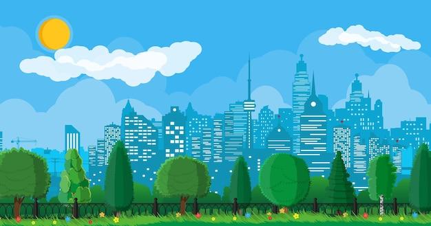 都市公園のコンセプト。柵のある都市の森のパノラマ。建物や木々のある街並み。雲と太陽のある空。夏の都市公園での余暇。フラットスタイルのベクトル図