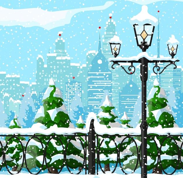 Городской парк, снежная аллея и здания