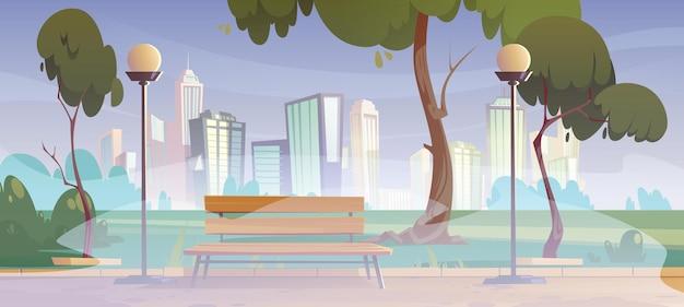 Городской парк с зелеными деревьями, трава, деревянная скамейка и фонари в тумане, мультяшный летний пейзаж с пустым сквером с туманом и городскими зданиями на горизонте