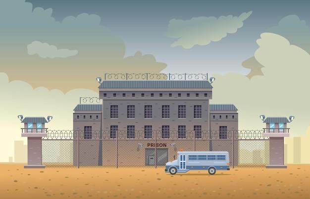 철조망 울타리가 있는 두 개의 망루가 있는 시 교도소 건물