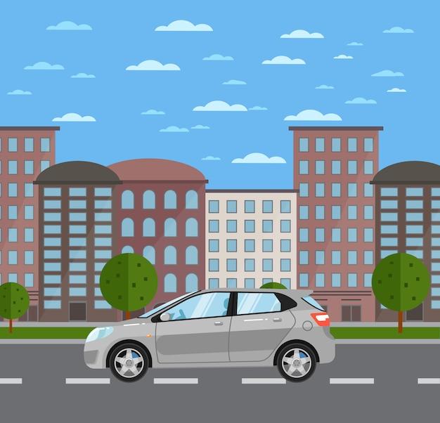 市内の道路上の灰色の普遍的なcitycar