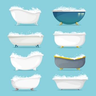 샴푸, 비누 거품 세트가있는 클래식 독립형 욕조.