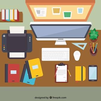 Scrivania classica con tecnologia