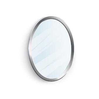 Классическое овальное зеркало в блестящей серебряной оправе