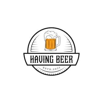 ビールのガラスと古典的なヴィンテージのパブとバーのロゴのコンセプト