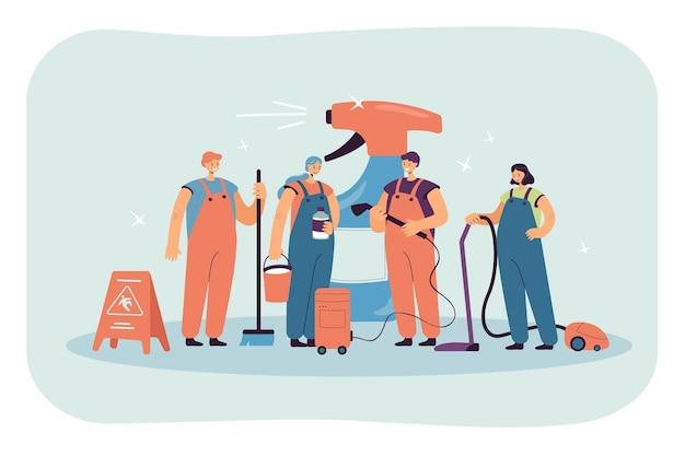 Бригада по уборке стоит рядом с огромной бутылкой моющего средства. уборочный персонал в униформе с пылесосом, шваброй, плоской иллюстрацией метлы