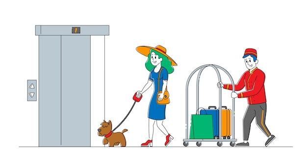 Клерк в униформе встречает женщину с собакой в вестибюле отеля, помогая нести багаж. гостиничное обслуживание, туристы прибывают в номер. гость, размещение гостей. линейные люди