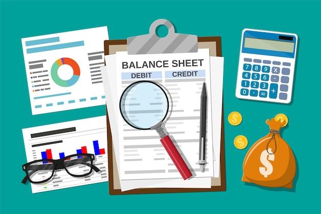 バランスシートとペンでクリップボード。電卓のお金のバランス。財務報告書および文書。会計、簿記、監査の借方および貸方の計算