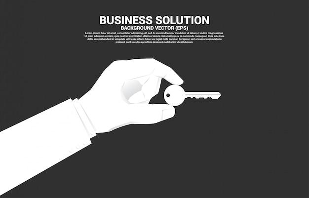 실업가 손을 잡고 키를 닫습니다. 비즈니스 솔루션 및 주요 성공에 대한 개념