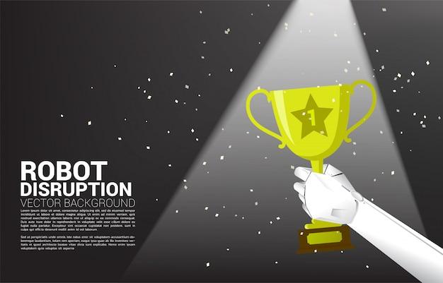 Закройте вверх по руке робота держите трофей победителя чемпиона. концепция решения для машинного обучения и ключевой успех