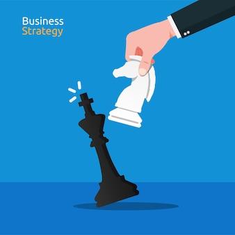 黒の王チェスの概念を倒すために白い騎士のチェスを移動するビジネスマンのショットの手をクローズアップ
