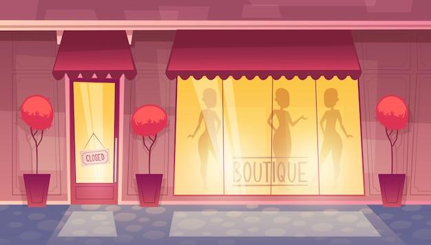 Закрытый бутик с витриной, рынок одежды вечером, ночью.