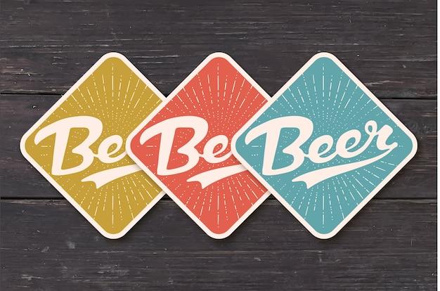 手描きのビールをレタリングとビールのコースター。バー、パブ、ビールのテーマを描くヴィンテージの色。ビールジョッキやボトルを文字で配置するクラフトコースター。
