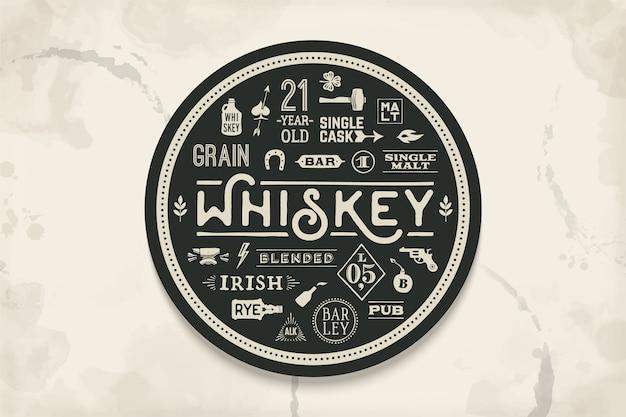 위스키 및 알코올 음료 용 코스터. 바, 술집 및 위스키 테마에 대한 빈티지 드로잉. 글자, 그림으로 위스키 잔을 그 위에 놓는 흑백 원. 삽화