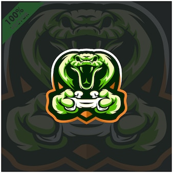Кобра геймер держит игровую консоль джойстик. дизайн логотипа талисмана для команды киберспорта.