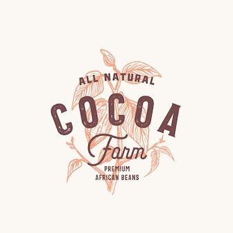Какао-бобы фермы абстрактный знак, символ или шаблон логотипа. нарисованная рукой ветка какао-бобов с премиальной винтажной типографикой и печатью качества. стильная стильная эмблема концепция.