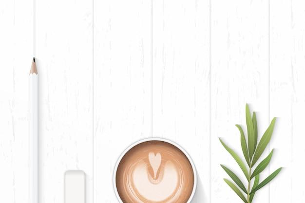 나무 배경에 커피와 타라곤 잎