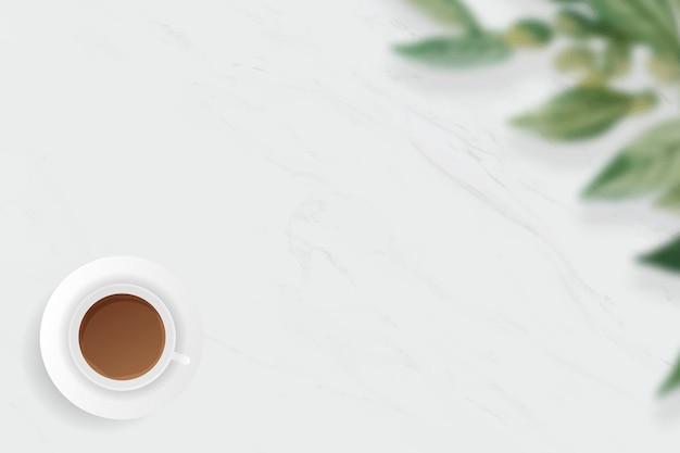 白い大理石の背景にコーヒーカップ
