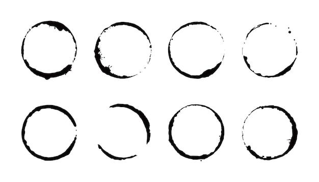 커피 얼룩 반지 세트. 벡터 일러스트 레이 션. 둥근 모양과 스플래시 요소가 있는 음료 얼룩 스탬프. 커피 컵 바닥 원 효과입니다.