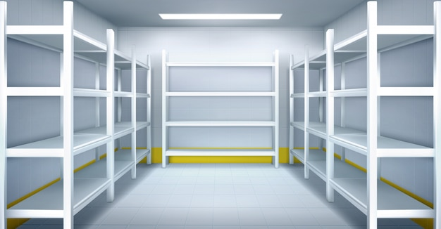 Холодная комната на складе с пустыми металлическими стеллажами