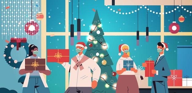 マスクを身に着けているサンタの帽子の同僚は、贈り物を保持しているレースの同僚を混ぜる新年とクリスマス休暇のお祝いのコンセプトオフィスインテリア横向きの肖像画ベクトル図