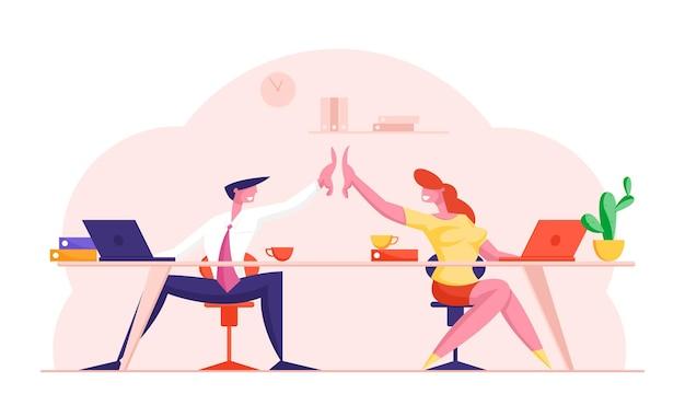 성공적인 비즈니스 거래 후 서로에게 하이 파이브를주는 책상에 앉아있는 동료