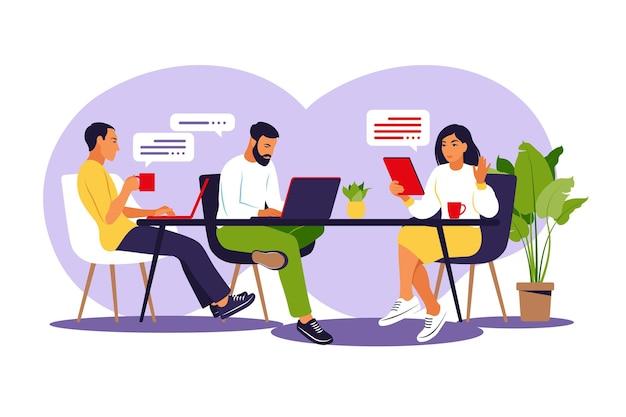 Коллеги вместе работают над проектом. деловая команда, работающая вместе за большим столом.