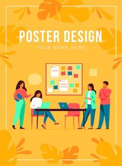 Коллеги вместе работают над шаблоном плаката проекта