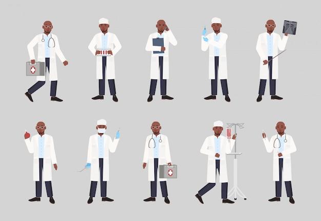 アフリカ系アメリカ人の男性医師、医師、または外科医がさまざまな姿勢で立っているコレクション。医療ツールを保持している白衣を着た黒人男性のバンドル。フラット漫画イラスト。