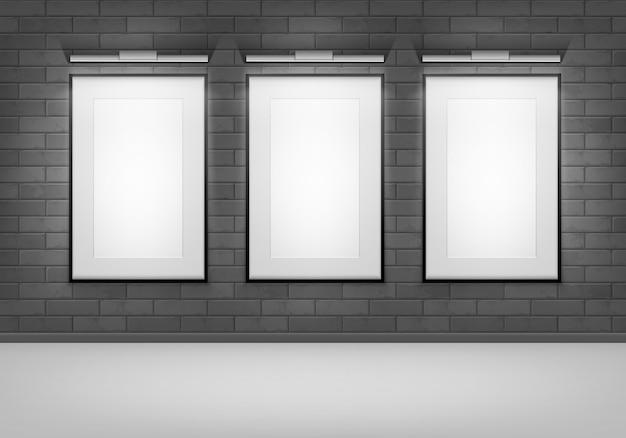 Коллекция пустых плакатов на стене