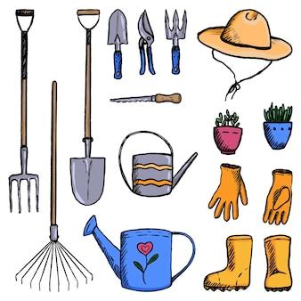 정원 도구, 용품, 장비 컬렉션입니다. 스케치 스타일로 설정된 빈티지 정원입니다. 흰색으로 격리된 컬러 장식 요소입니다. 손으로 그린 벡터 일러스트 레이 션. 디자인을 위한 클립 아트.