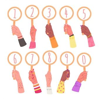 番号が付いている印を保持している手のコレクション。丸いカード、白で隔離される要素を持つ男性と女性の手の束