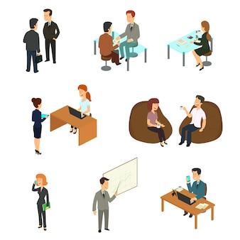 Коллекция изометрических деловых людей, работающих в офисе.