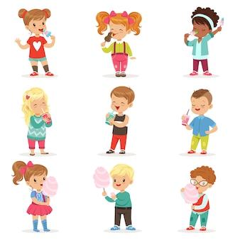 세련된 옷에 작은 소년과 소녀의 컬렉션입니다. 만화 캐릭터 그림.