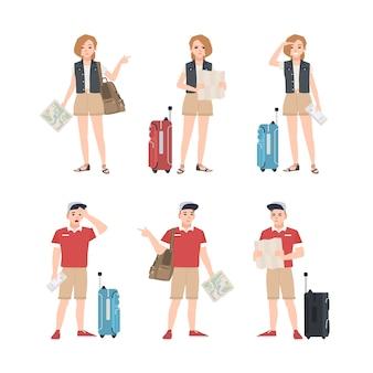 さまざまなポーズで地図が立っている男性と女性の旅行者のコレクション。観光地や目的地を見つけようとする男性と女性の観光客のセット。フラット漫画カラフルなイラスト