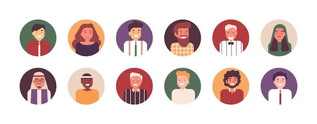 행복한 남성 및 여성 직장인이나 직원의 초상화 모음입니다. 다국적 비즈니스 팀의 웃는 사람들이나 점원 묶음. 아바타 세트입니다. 플랫 만화 벡터 일러스트 레이 션.